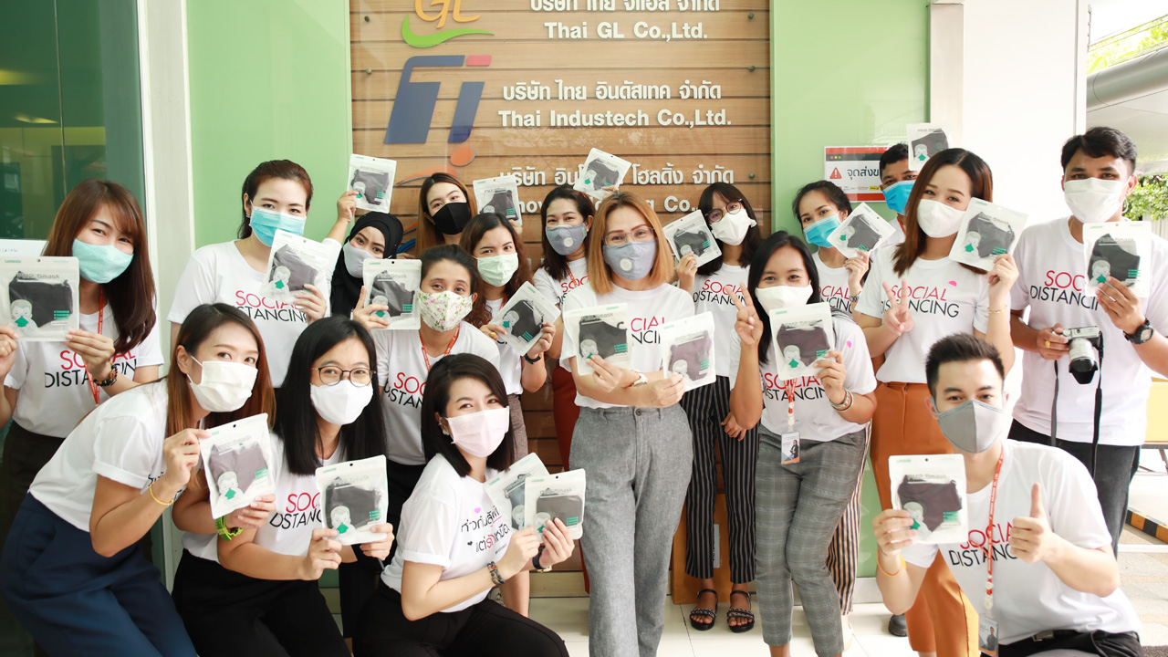 """""""แจกหน้ากากผ้าพนักงาน back office ป้องกัน COVID-19"""" (11 May 2020)"""